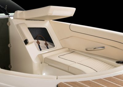 chris-craft-launch-28-front-stroage-seat-up